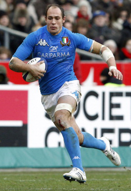 Italy's captain Sergio Parisse (L) runs